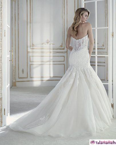 در درجه نخست، یک احساس خاصی نسبت به این لباس عروس پیدا می کنید. این لباس بدون گردنبند، با توجه به پیچیدگی هایی که دارد، زیبایی اندام را به نمایش می گذارد. توری هایی که به زیبایی گل دوزی شده اند، به خوبی بالا تنه و دامن را پوشانده اند.
