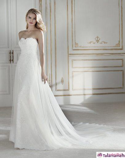 یکی دیگر از لباس عروس های بدون گردنبد که زیبایی آن به دلیل اینکه در زیر به صورت یکدست از یک لایه کرپ کاملا شفاف شده است و روی آن توری های گلدوزی شده ای وجود دارد که از ابتدا تا انتهای دنباله دامن، ادامه دار است.