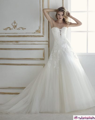 این لباس با فرمت و طراحی لباس شب می باشد. یکی دیگر از لباس عروس های بدون گردنبد که زیبایی آن به دلیل اینکه در زیر به صورت یکدست از یک لایه کرپ کاملا شفاف شده است و روی آن توری های گلدوزی شده ای وجود دارد که از ابتدا تا انتهای دنباله دامن، ادامه دار است.