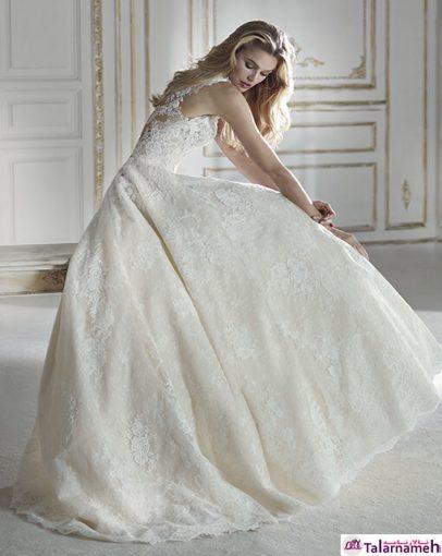 یک لباس یک سره رسمی و شیک که با تورهای گلدوزی شده ای که بر روی تمامی قسمت های این لباس کار شده است، جلوه ای ویژه به آن داده است. در قسمت گردنبند متصل شده به پشت، بسیار هنرمندانه کار شده است. در پشت گردن این لباس نیز ترکیبی از توری گل دوزی شده نازک، بسیار چشم نواز است.