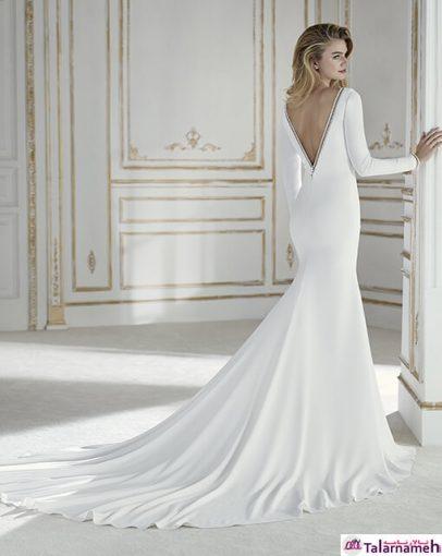 یک لباس عروس ساده، همراه با زیایی و طراوت. جنس این لباس از کرپ می باشد. این لباس با آستین های بلند و طراحی ساده، یک طراحی مینیمال را به نمایش گذاشته است.