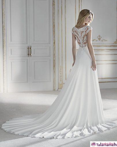 این مدل لباس دارای جلو و دامن کرپ کامل می باشد. در پشت این لباس و گردنبند آن از توری و دوخت گلدوزی شده استفاده شده است. نکته ی زیبای دیگر این لباس، در پشت آن است که از یک طناب کریستالی استفاده کرده است. مدلی بسیار زیباست.