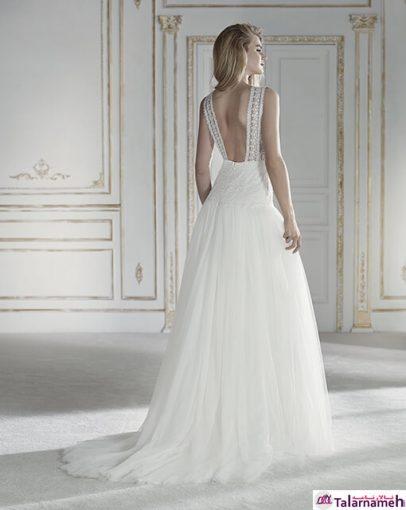 یک لباس عروس با حالت شناور که در قسمت کمر بسیار باریک می باشد. جنس توری و گیپور این لباس در حالت دامن آن بسیار جذاب است. در قسمت گردن دارای توری های بسیار زیبا که به صورت نواری به پشت وصل شده اند. مدلی جذاب که با احساسات شما بسیار متناسب است.