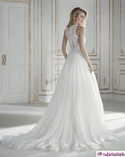 یک لباس عروس زیبا و عاشقانه با طراحی شناور و دامنی تیفوسی. بالای کمر با جنس گیپور و توری گل دوزی شده می باشد. گردنبند آن در جلو و پشت به حالت جواهردوزی شده می باشد.